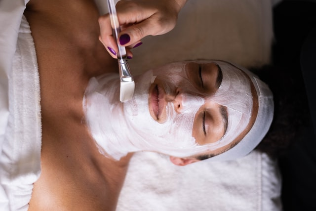 peeling kwasowy, zabieg na twarz, kwasy, pielęgnacja