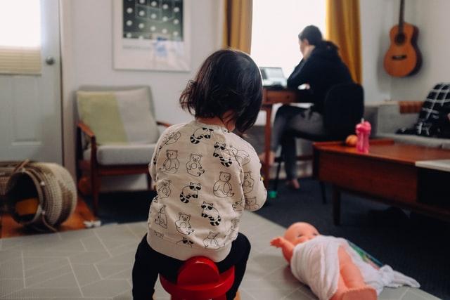 praca zdalna, jak pracować zdalnie, jak pracować z domu, praca przy dzieciach, jak bracować będąc mamą, praca a miecierzyństwo, praca a dzieci