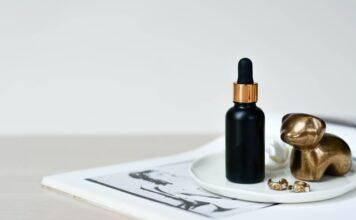 witamina C, serum z witaminą C, działanie witaminy C na skórę, pielęgnacja twarzy, jak odmłodzić skórę, jak usunąć przebarwienia, kosmetyki z witaminą C
