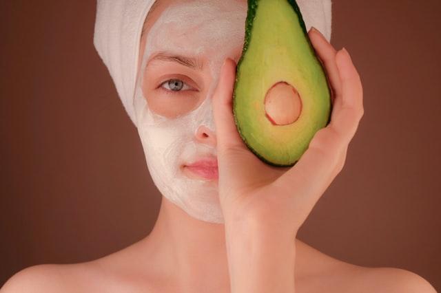 domowe maseczki, maski domowej roboty, naturalne maski, naturalna pielęgnacja, skóa trądzikowa, skóra tłusta, skóra sucha, jak zrobić domowe maski, maska z miodu, maska z awokado