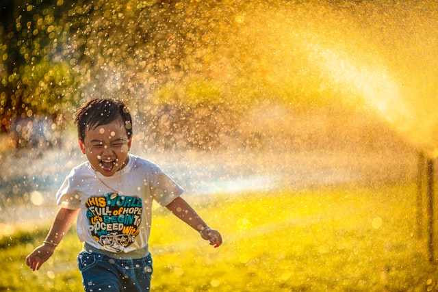 zabawy na świeżym powietrzu, wychowanie dzieci, dzieci powinny wychodzić na zwnątrz, dzieci a przyroda, rola natury w rozjowu dziecka, ADHD