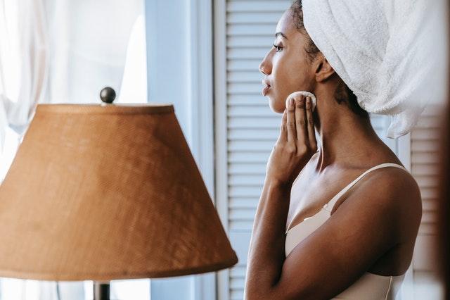 retinodiy, kuracja retinoidami, pielęgnacja twarzy przy retinoidach, retinol, trądzik, jak zwalczyć trądzik, jak odmłodzić skórę, cera sucha, przesuszenie skóry, efekty uboczne retinoidów