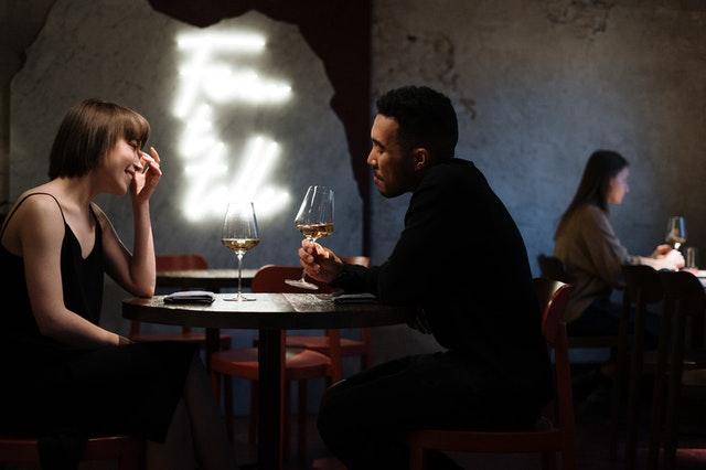 randka, pierwsza randka, jak ubrać się na randkę, porady poerwsza randka, co założyć na randkę, strój na randkę, w czym wyglądać atrakcyjnie, jak wyglądać atrakcyjnie, jak zrobić dobre wrażenie
