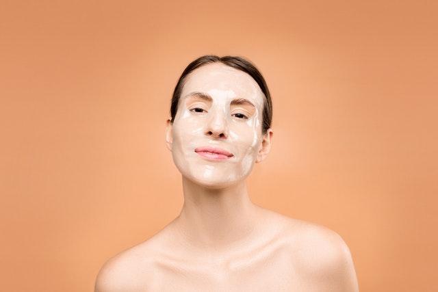 maski do twarzy, jaką maseczkę do twarzy wybrać, jaka maska dla cery tłustej, maseczka odmładzająca
